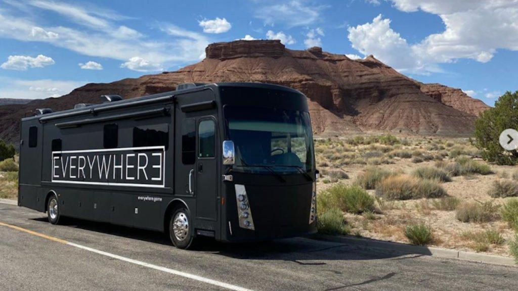 Caravana de Leslie Benzies com o logotipo de Everywhere.